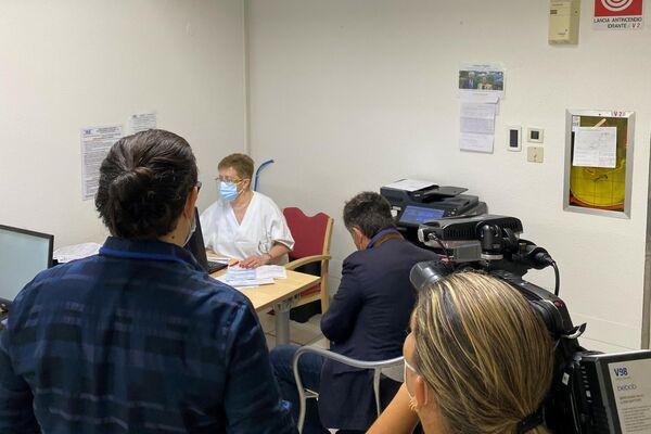 Der Bundestagsabgeordnete Diether Dehm (Die Linke) bei seiner Zweitimpfung mit Sputnik V in San Marino mit dortigen Medienvertretern. - SNA