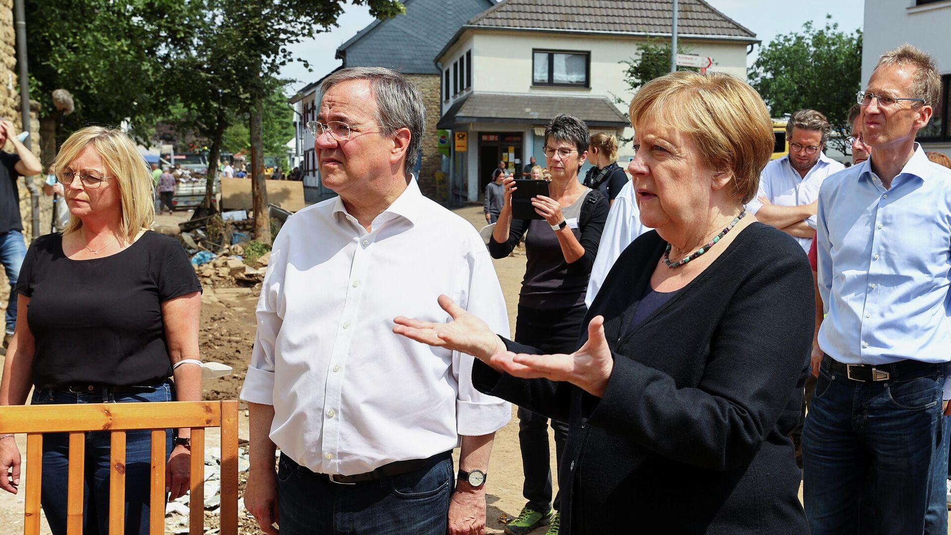 Kanzlerin Angela Merkel besucht gemeinsam mit Nordrhein-Westfalens Ministerpräsident Armin Laschet das vom Hochwasser schwer betroffene Bad Münstereifel  - SNA, 1920, 20.07.2021