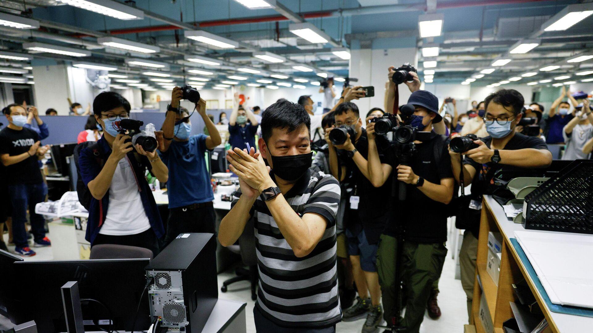 """leitender Journalist der Hongkonger Tageszeitung """"Apple Daily"""" Lam Man-chung am Tag der Schließung der Zeitung  - SNA, 1920, 21.07.2021"""