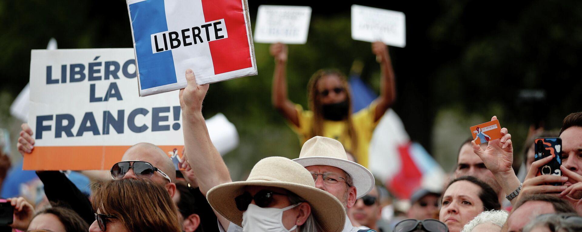Menschen bei einem Demo gegen Corona-Pässe in Paris - SNA, 1920, 08.08.2021