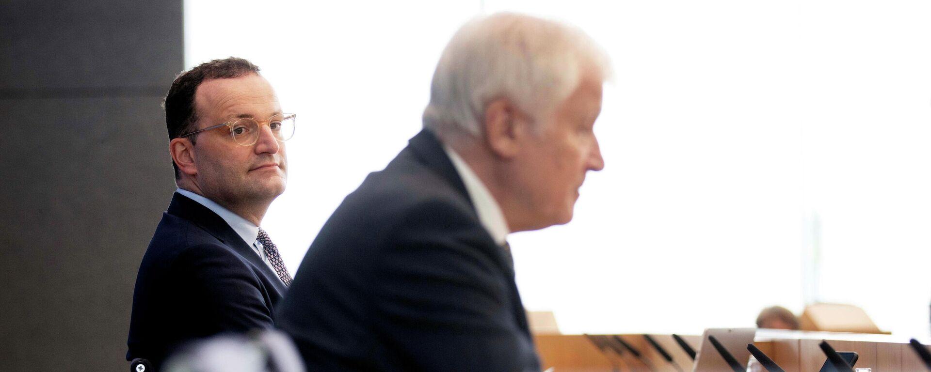 Bundesgesundheitsminister Jens Spahn und Innenminister Horst Seehofer nehmen am 21. Juli 2021 in Berlin an einer Pressekonferenz zur Corona-Pandemie teil. - SNA, 1920, 26.07.2021
