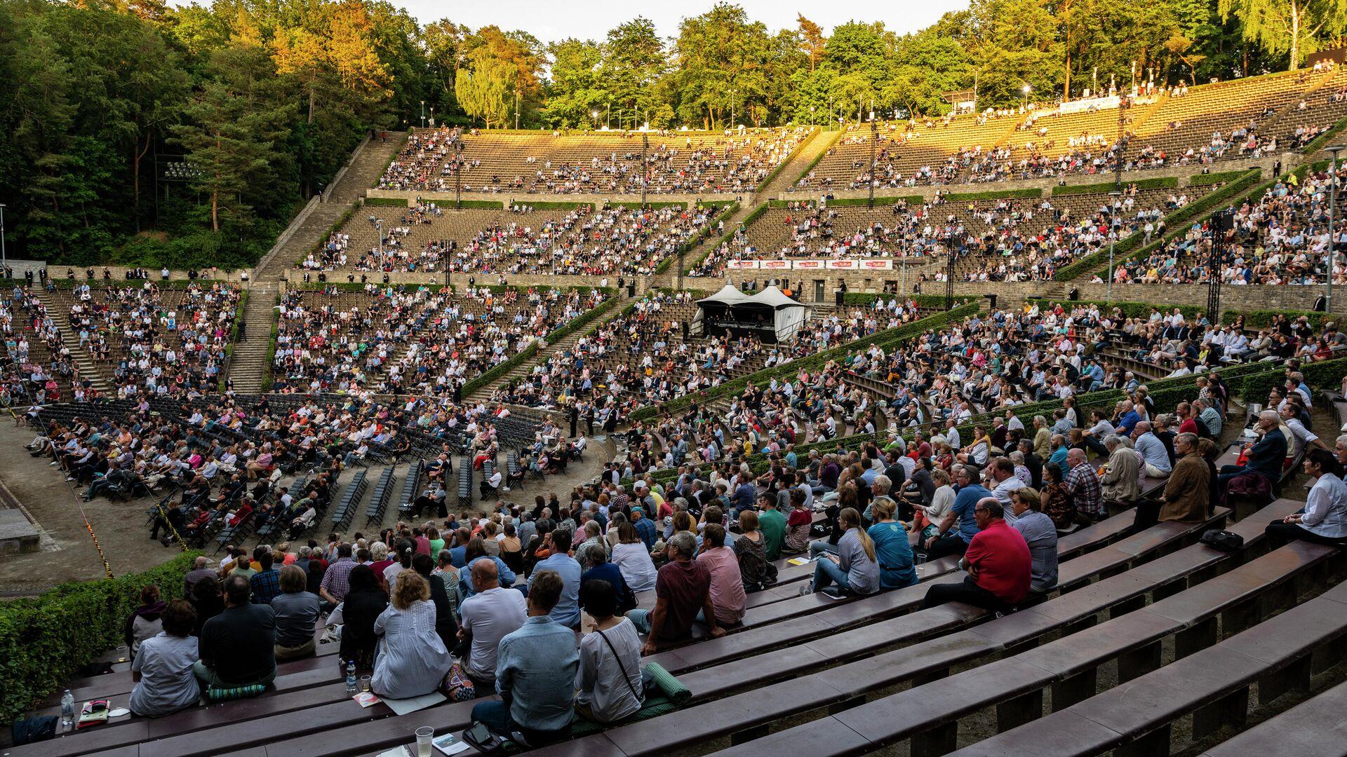 Zuschauer besuchen am 26. Juni 2021 das letzte Konzert der Berliner Philharmoniker in dieser Saison in der Waldbühne in Berlin am 26. Juni 2021. Symbolfoto - SNA, 1920, 28.07.2021