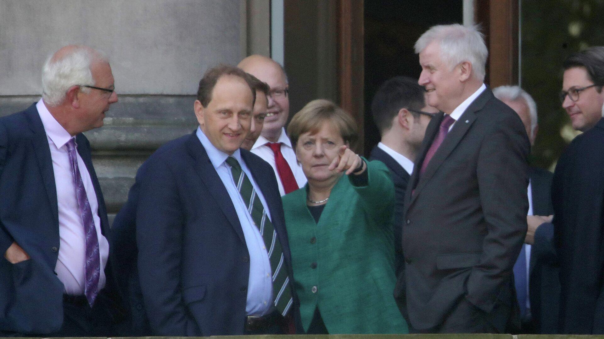 Bundeskanzlerin Angela Merkel, der damalige CSU-Chef Horst Seehofer und andere Union-Politiker mit dem Bundestagsabgeordneten von der FDP Alexander Graf Lambsdorff und dem FDP-Chef Christian Lindner bei Sondierungsgesprächen, Oktober 2017 in Berlin. Symbolfoto. - SNA, 1920, 30.07.2021