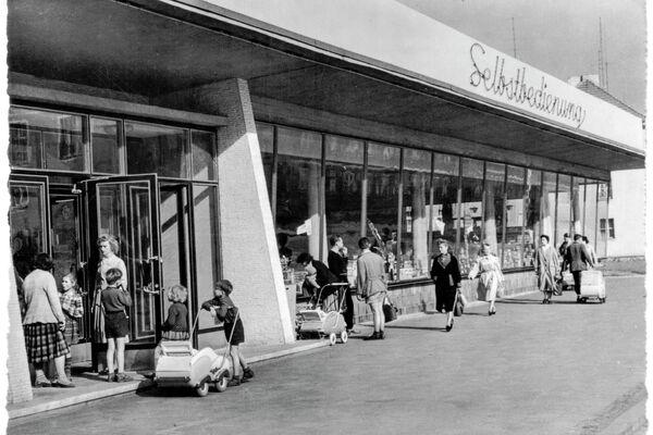 Ansichtskarte Stalinstadt, Selbstbedienungsladen in der Straße des Komsomol – 1960 - SNA