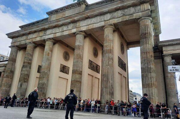 Polizei sperrt den Zugang vom Brandenburger Tor zur Straße des 17. Juni ab, um das Demonstrationsverbot gegen die Querdenken-Bewegung am 1. August 2021 durchzusetzen. - SNA