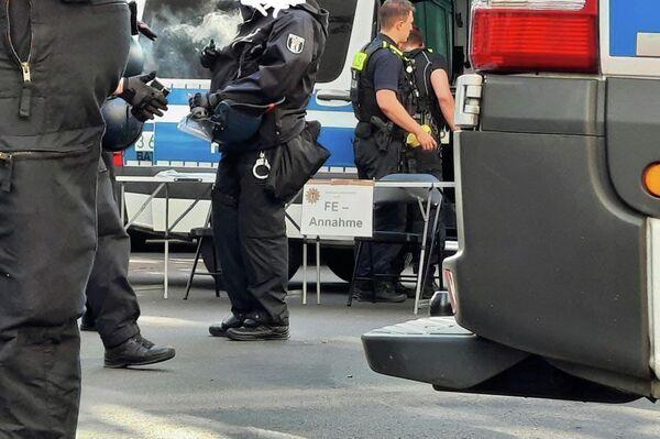 """Polizisten bereiten in der Blücher-Straße in Berlin-Kreuzberg die Feststellung von Personalien bei Demonstranten vor, die während einer ungenehmigten Demonstration am Rande der """"Querdenken""""-Proteste in Berlin am 1. August 2021 festgenommen wurden. - SNA"""