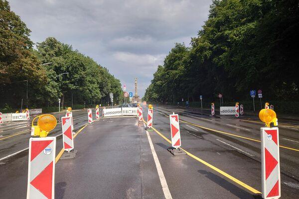 """Blick auf die gesperrte Straße des 17. Juni in Berlin mit der Siegessäule im Hintergrund anlässlich der verbotenen """"Querdenken""""-Proteste am 1. August 2021 - SNA"""