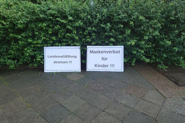 """Verwaiste Plakate von Demonstranten auf der Straße des 17. Juni in Berlin anlässlich der verbotenen """"Querdenken""""-Proteste in Berlin am 1. August 2021. - SNA"""