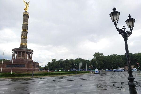 """Blick auf den weiträumig abgesperrten Platz """"Großer Stern"""" in Berlin anlässlich der verbotenen """"Querdenken""""-Proteste in Berlin am 1. August 2021 - SNA"""