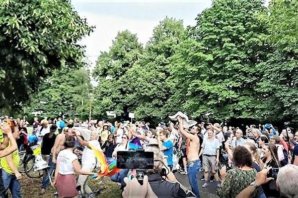 """Spontane Kundgebung im Rahmen der eigentlich untersagten """"Querdenken""""-Proteste in Berlin am 1. August 2021, hier im Nelly-Sachs-Park. - SNA"""