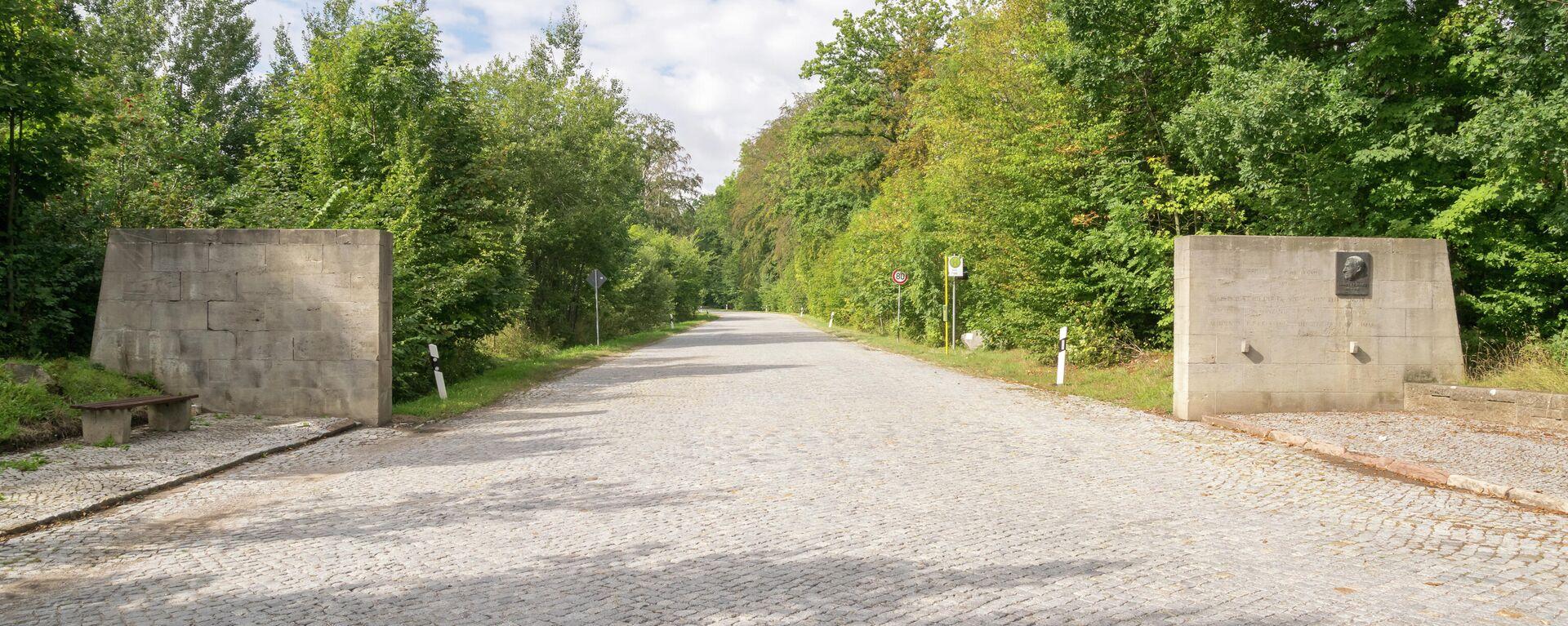 Blutstraße am Ettersberg bei Weimar; die Straße führt zum ehemaligen KZ Buchenwald und wurde von Lagerhäftlingen gebaut; Straßeneinfahrt mit Denkmal für Henri Manhès - SNA, 1920, 04.08.2021