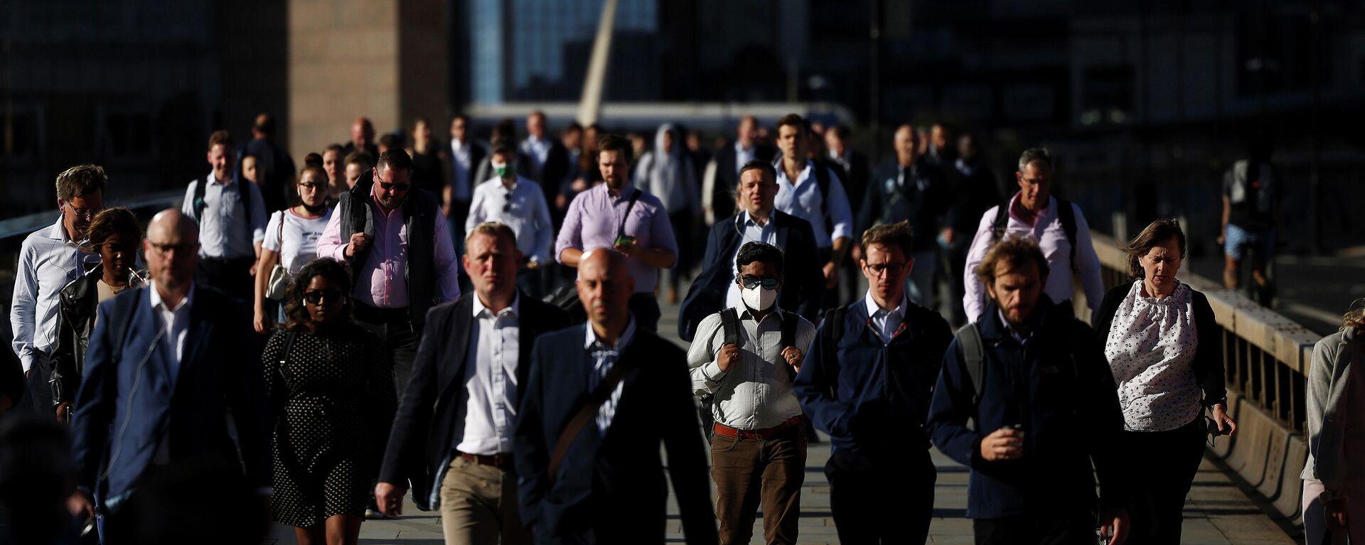 Menschen gehen am Morgen in London über die London Bridge, den 29. Juli 2021. - SNA, 1920, 05.08.2021
