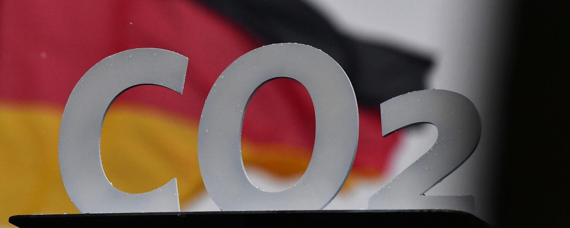 Die Summenformel von Kohlendioxid mit der deutschen Nationalflagge im HIntergrund - SNA, 1920, 08.08.2021