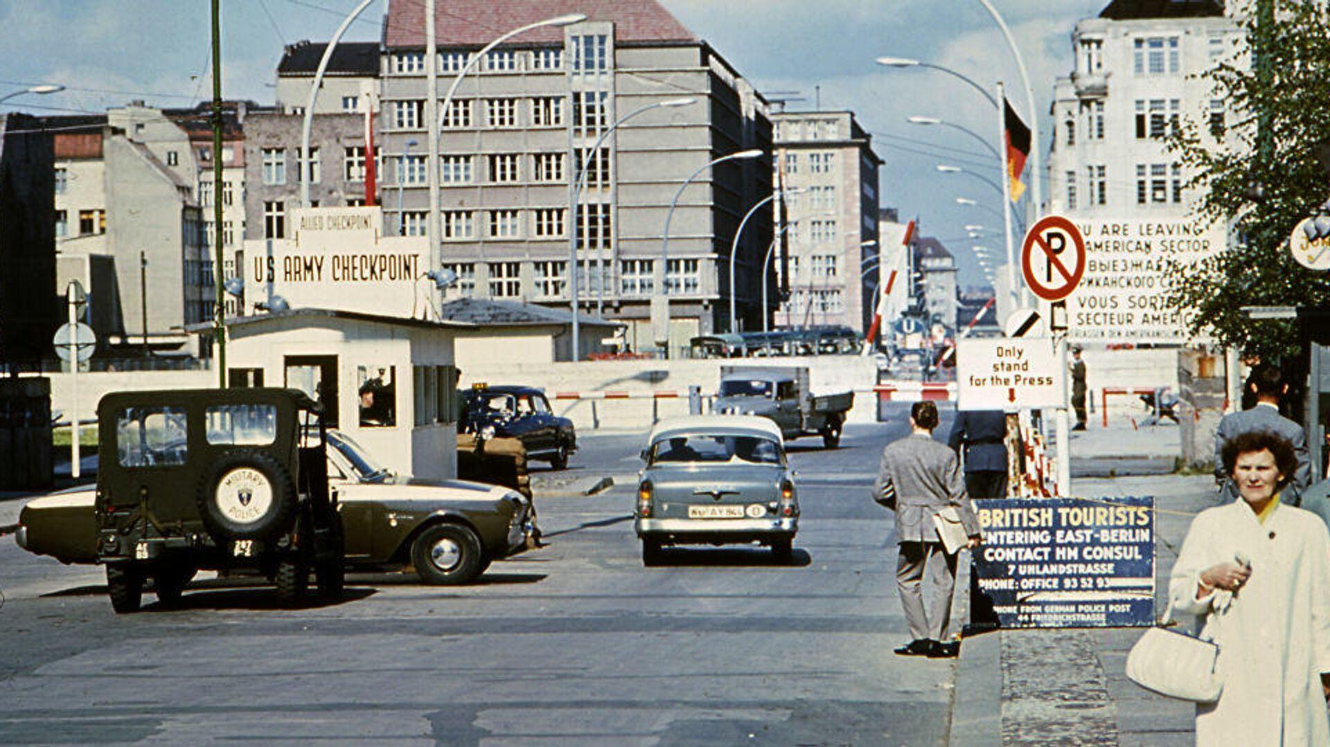 Die frühere Grenzkontrollstation in der Berliner Friedrichstraße Checkpoint Charlie - SNA, 1920, 13.08.2021