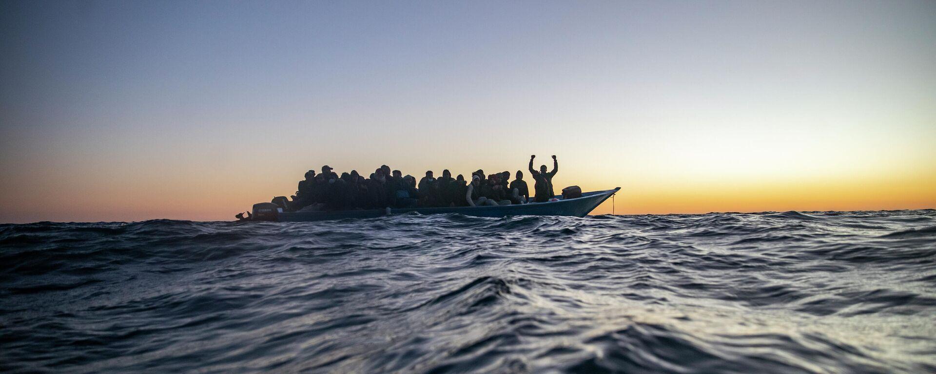 Migranten in einem Boot im Mittelmeer (Symbolbild) - SNA, 1920, 13.08.2021