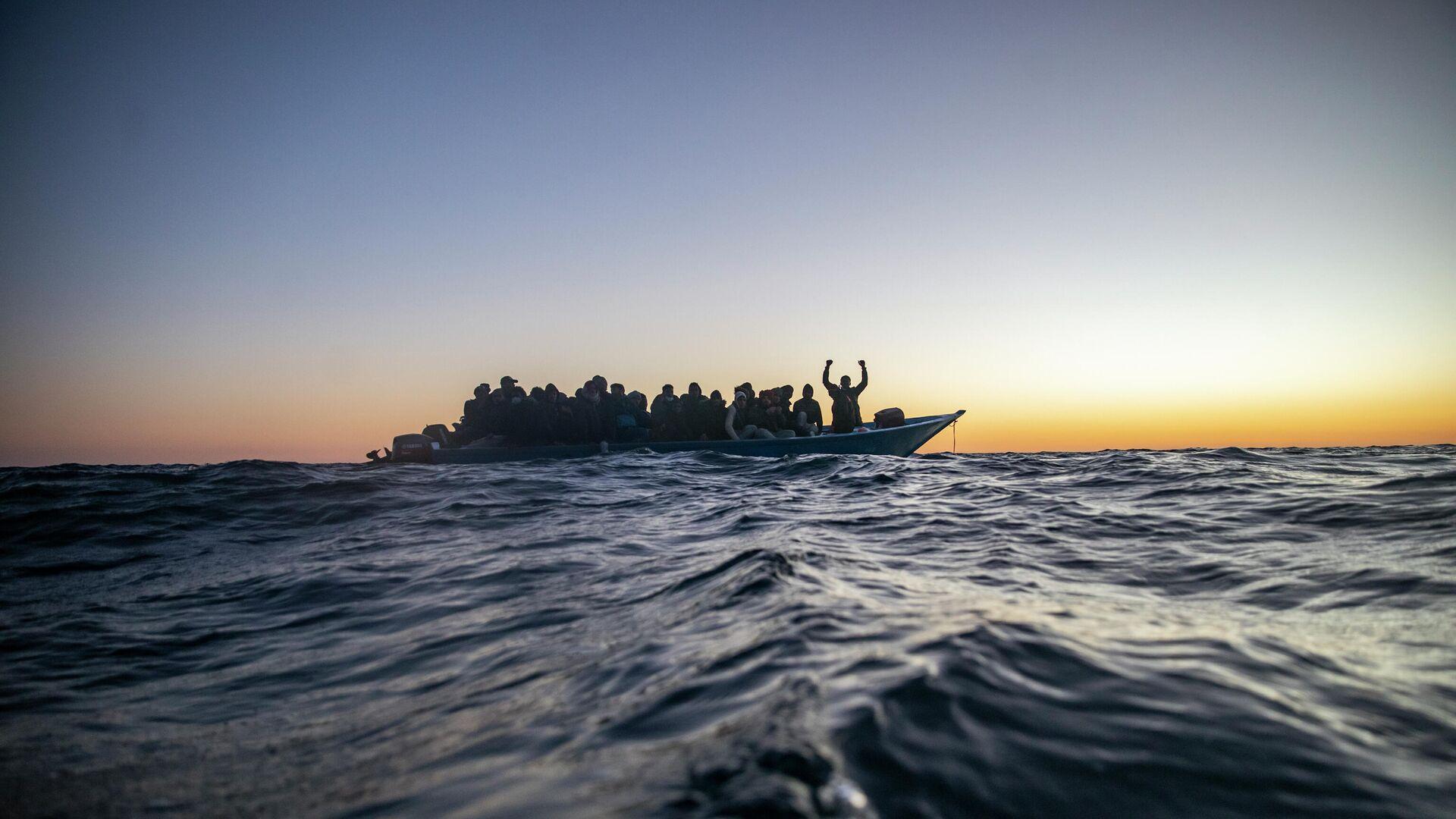 Migranten in einem Boot im Mittelmeer (Symbolbild) - SNA, 1920, 25.09.2021