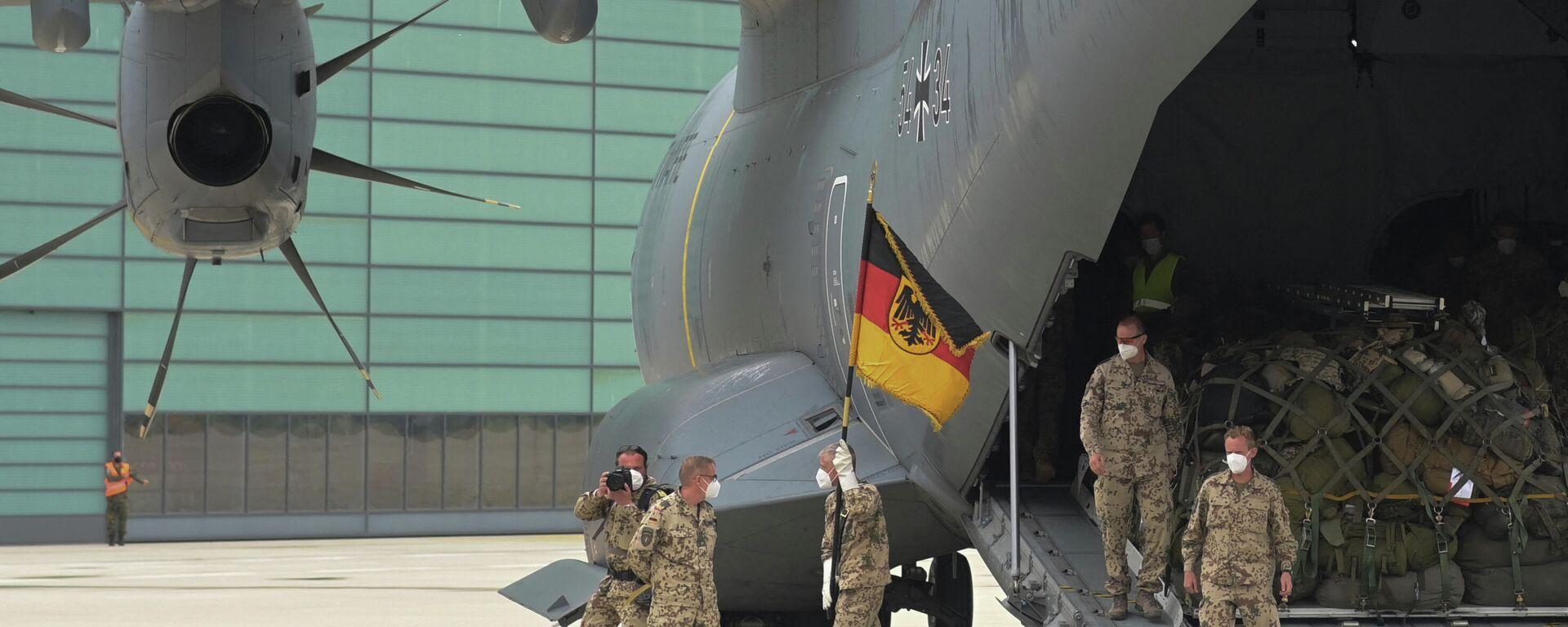 Soldaten der Bundeswehr gehen am 30. Juni 2021 mit der Truppenflagge einer Airbus A400M-Fracht auf dem Militärflugplatz in Wunstorf, Norddeutschland, aus. Symbolfoto - SNA, 1920, 16.08.2021
