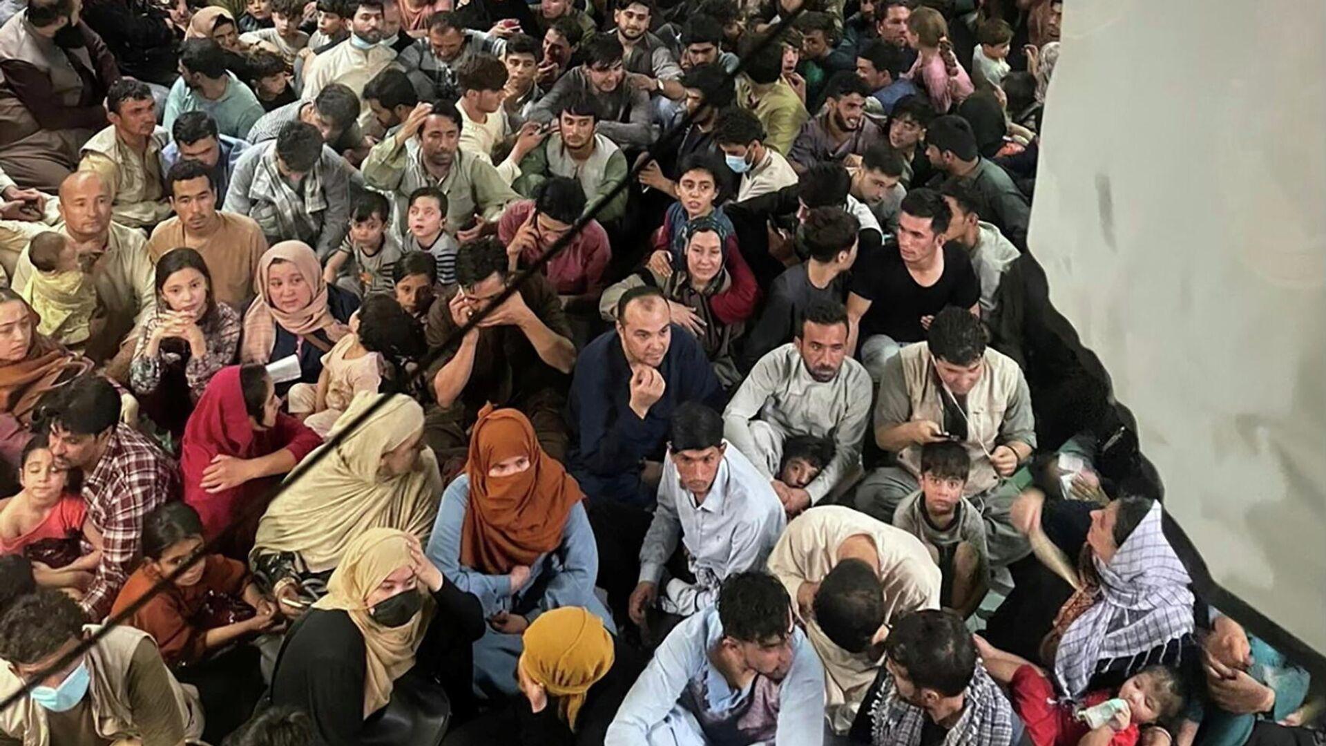 Etwa 640 Afghanen sitzen auf dem Boden eines US-amerikanischen Transportflugzeuges, 15. August 2021 in Kabul.  - SNA, 1920, 15.09.2021