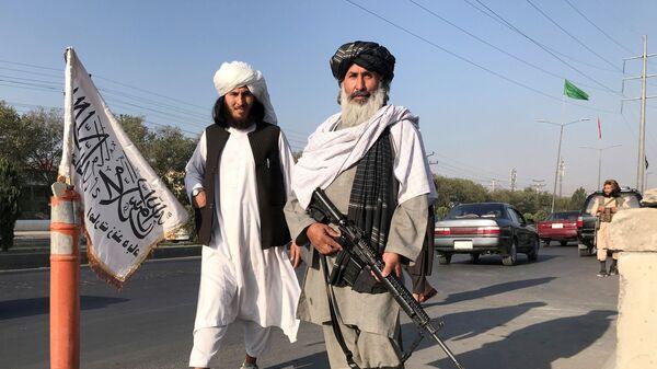 Боевик Талибана* с американской винтовкой M16 в Кабуле - SNA