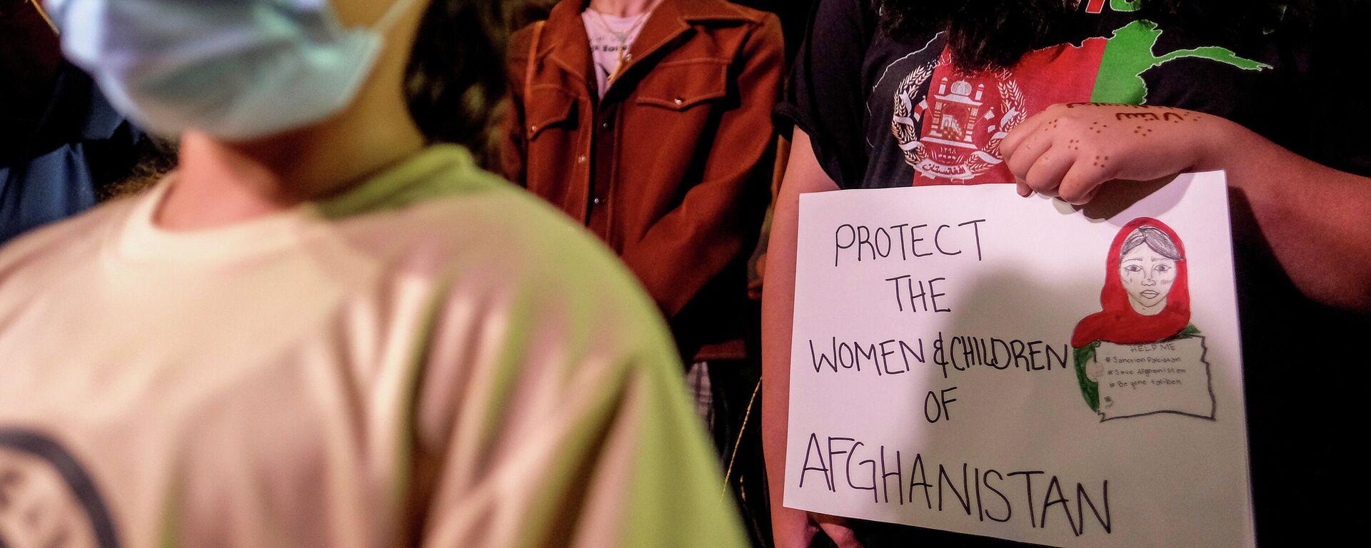 Menschen nehmen an einer Mahnwache für Afghanistan vor dem West LA Federal Building in Los Angeles, Kalifornien, USA teil, den 17. August 2021.  - SNA, 1920, 18.08.2021