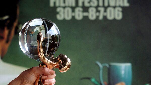Премия Хрустальный глобус перед плакатом 41-го Карловарского международного кинофестиваля, 2006 год - SNA