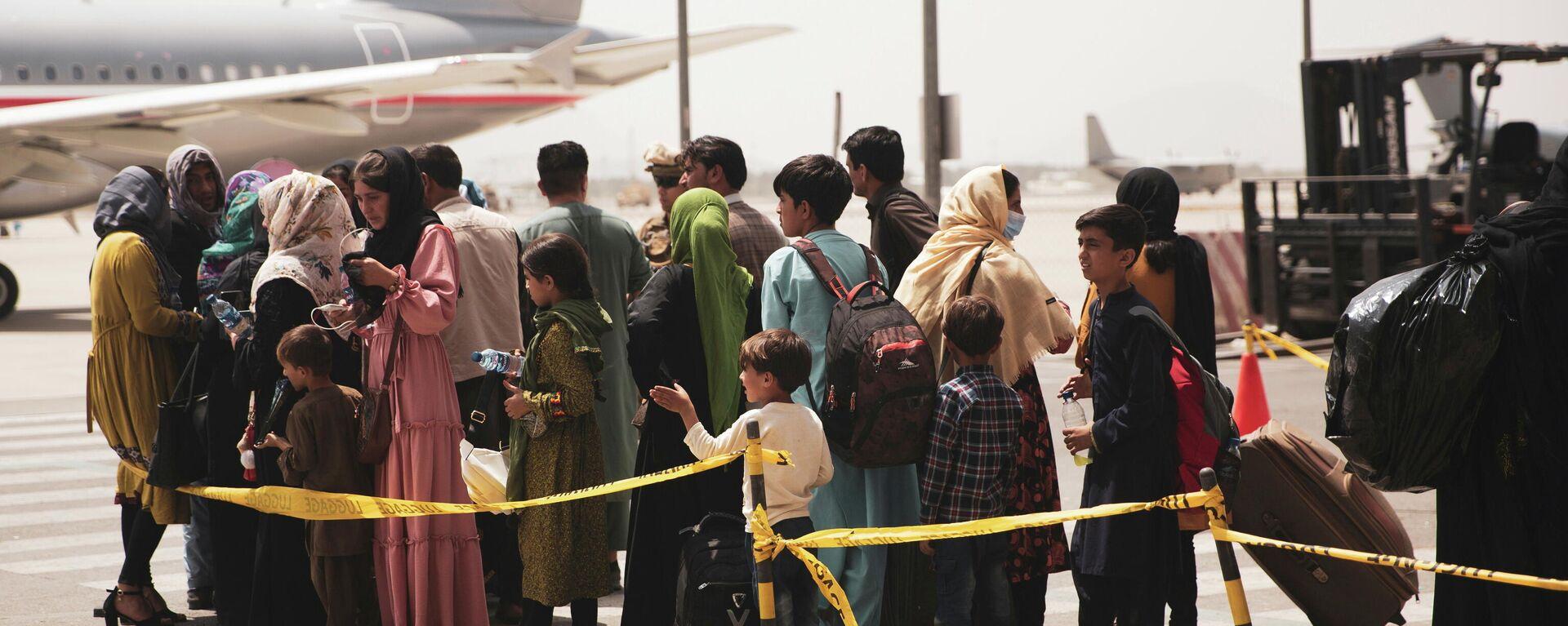 Nach der Machtergreifung durch die radikal-islamischen Taliban in Afghanistan wollen immer mehr Menschen das Land verlassen. Kabul, Hamid Karzai International Airport,18. August 2021 - SNA, 1920, 20.08.2021