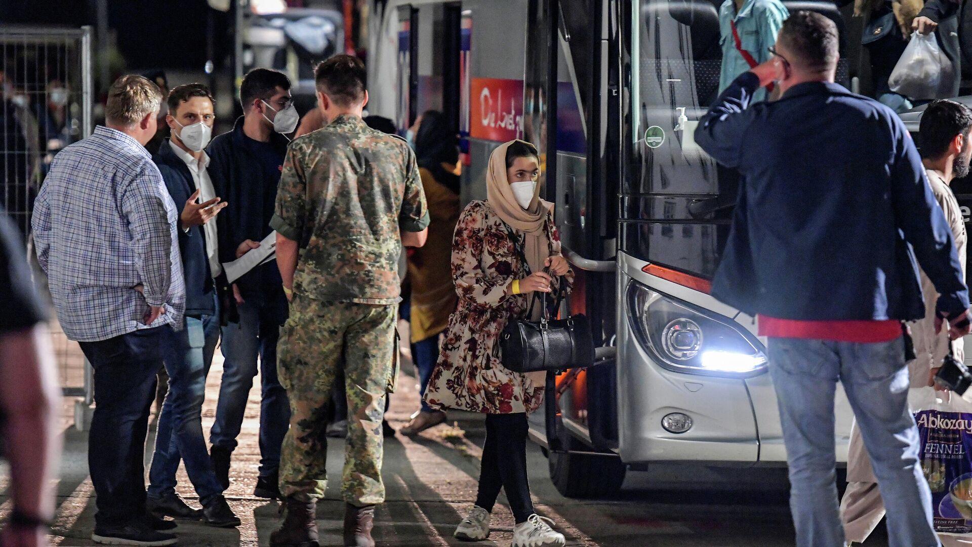 Die Ankunft eines Buses mit afghanishcen Flüchtlingen in Doberlug-Kirchhain  - SNA, 1920, 21.08.2021