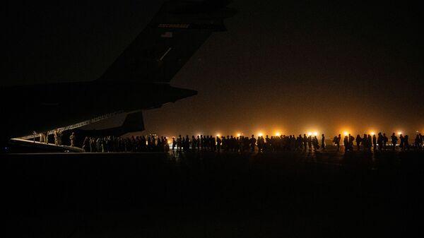 Посадка на военный самолет во время эвакуации из Афганистана  - SNA