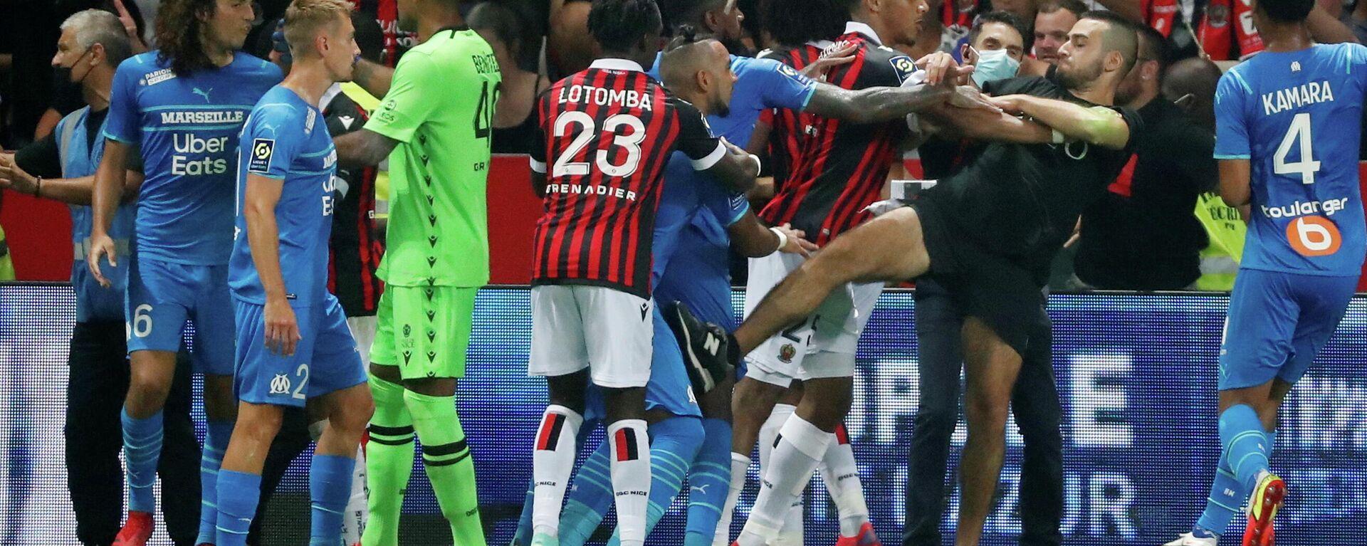 Fußball-Ligue 1 - OGC Nizza gegen Olympique de Marseille - Allianz Riviera, Nizza, Frankreich - 22. August 2021. Angreifer stoßen mit Spielern zusammen, als das Spiel unterbrochen wird. REUTERS/Eric Gaillard - SNA, 1920, 25.08.2021