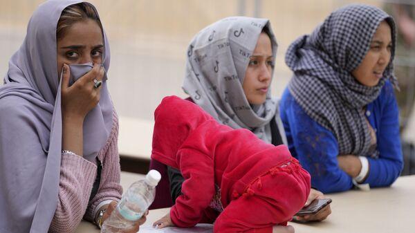 Недавно эвакуированные афганские женщины с ребенком на авиабазе США Рамштайн, Германия - SNA