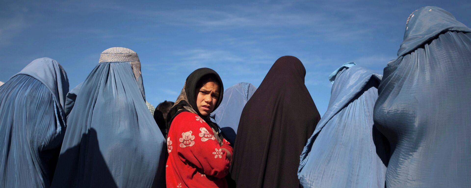 Ein afghanisches Mädchen steht inmitten von Witwen in Burkas (Archivbild) - SNA, 1920, 28.08.2021