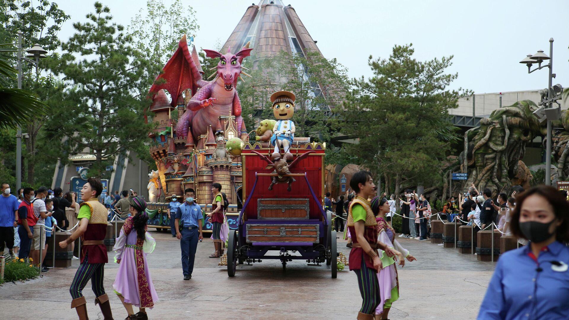 Eine Parade von Märchenhelden im Themenpark Universal Studios Beijing während eines internen Tests im Vorfeld der Eröffnung - SNA, 1920, 01.09.2021