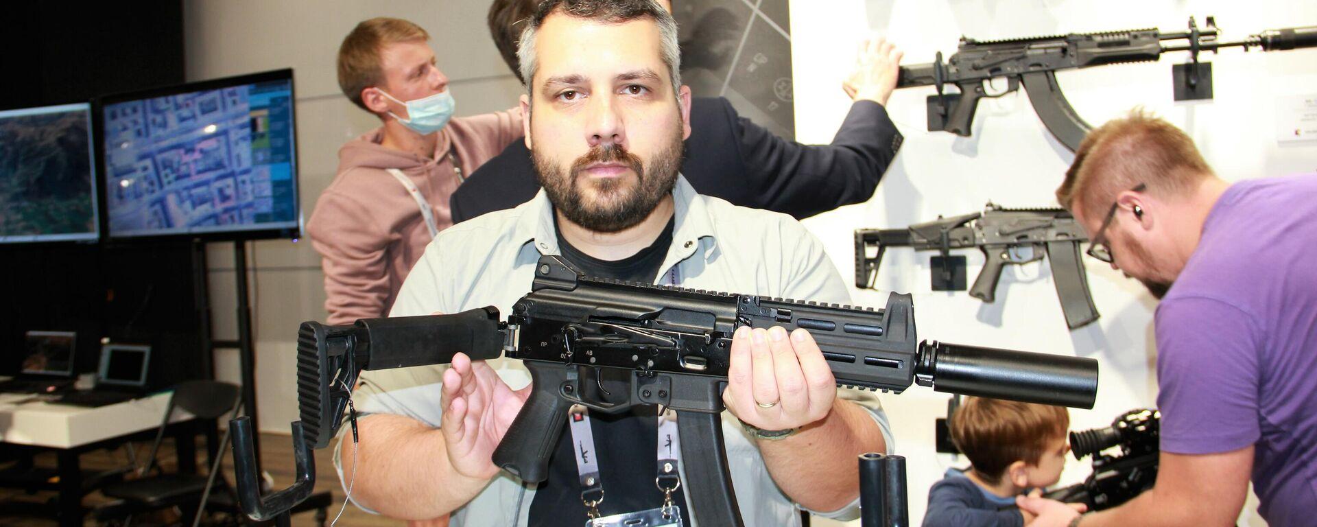 Wladimir Onokoj, der Sprecher des Konzerns, zeigt die Maschinenpistole PPK-20 mit einem umklappbaren Teleskopkolben - SNA, 1920, 01.09.2021