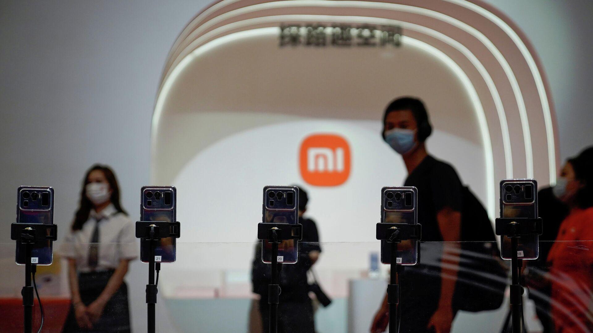 Smartphones mit dem Xiaomi-Logo im Hintergrund - SNA, 1920, 01.09.2021