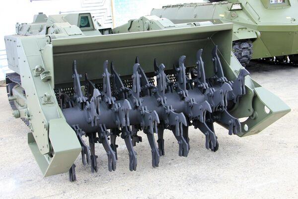 """Der zur Minenräumung bestimmte Pionierroboter """"Uran-6"""", der sich beim Einsatz in Berg-Karabach bewährte. Er räumt Schützenminen bis zu 1 Kilogramm in TNT-Äquivalent. Die Steuerungsreichweite im offenen Gelände beträgt 800 Meter. - SNA"""