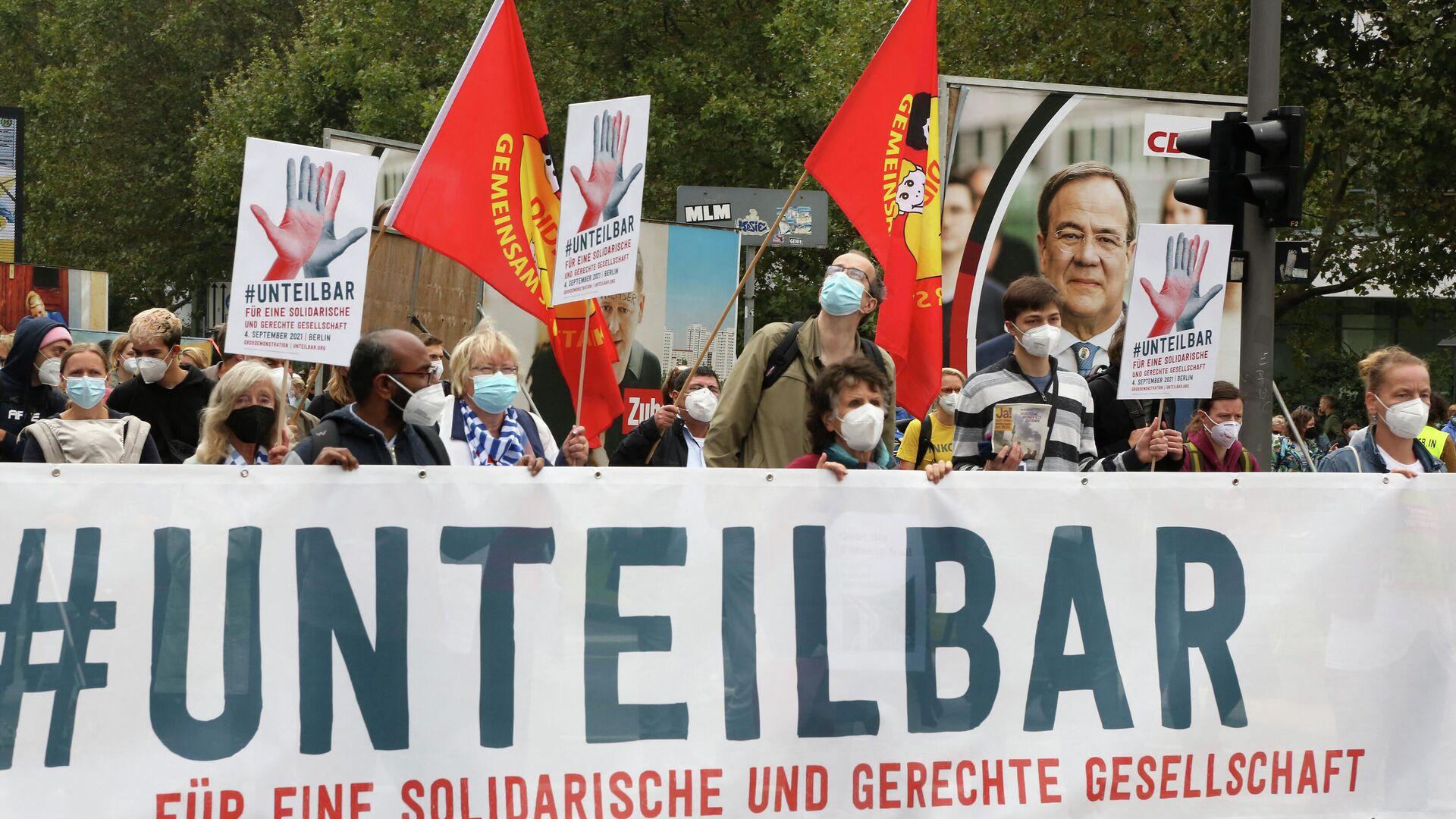 """Die Teilnehmer einer Demonstration der Bewegung """"#unteilbar"""" unter dem Motto """"Für eine gerechte und solidarische Gesellschaft"""" am 4. September 2021 in Berlin. - SNA, 1920, 04.09.2021"""