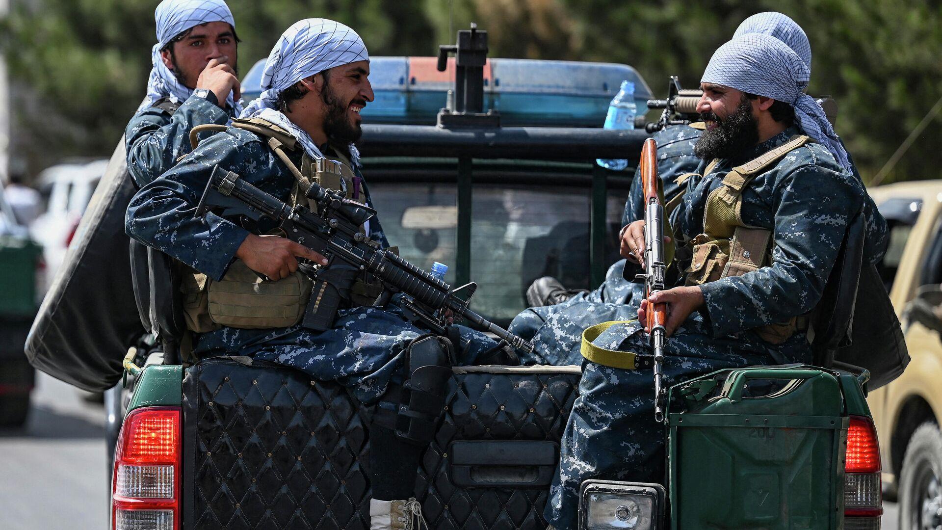 Taliban-Kämpfer patrouillieren am 29. August 2021 eine Straße in Kabul. - SNA, 1920, 05.09.2021