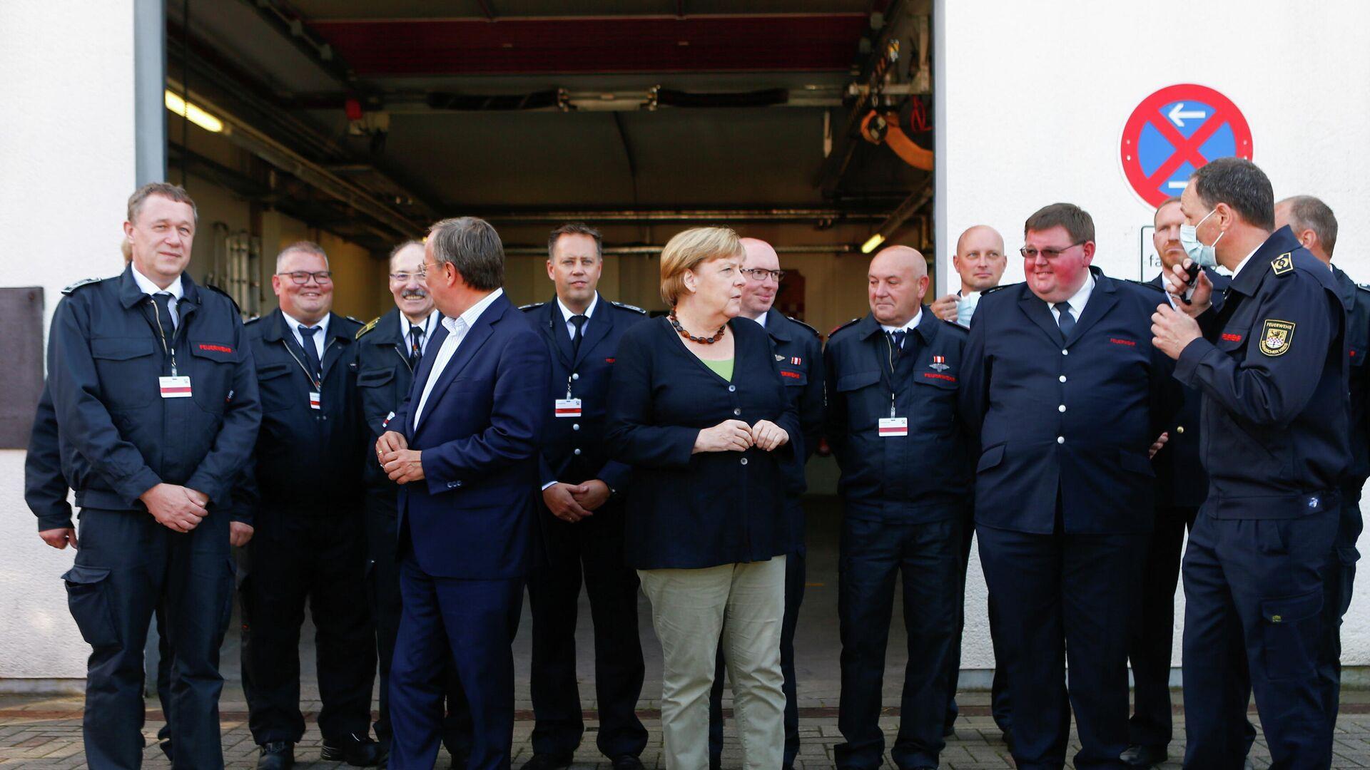 Angela Merkel und Armin Laschet sprechen mit Feuerwehrleuten in Schalksmühle - SNA, 1920, 05.09.2021