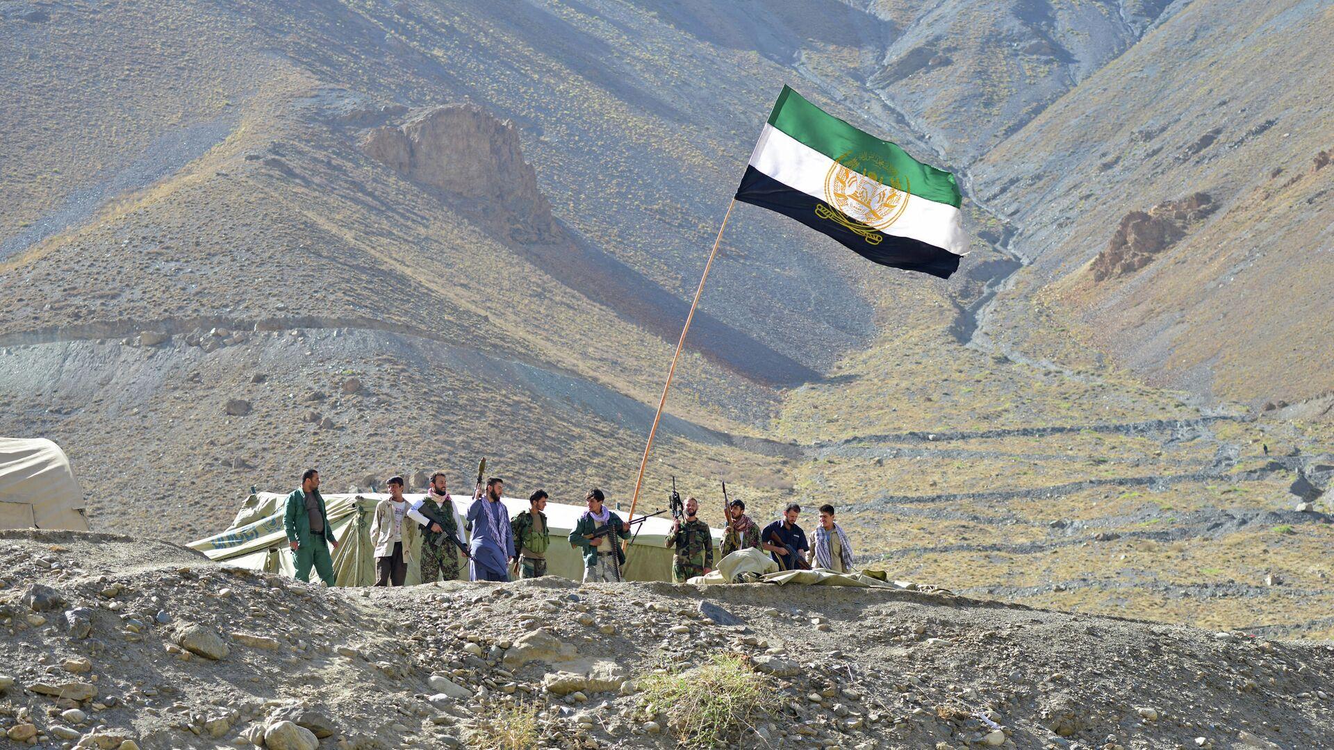 Die afghanische Widerstandsbewegung und Anti-Taliban-Kräfte auf Wache auf einem Hügel  in der Provinz Panjshir,  am 27. August 2021.   - SNA, 1920, 05.09.2021
