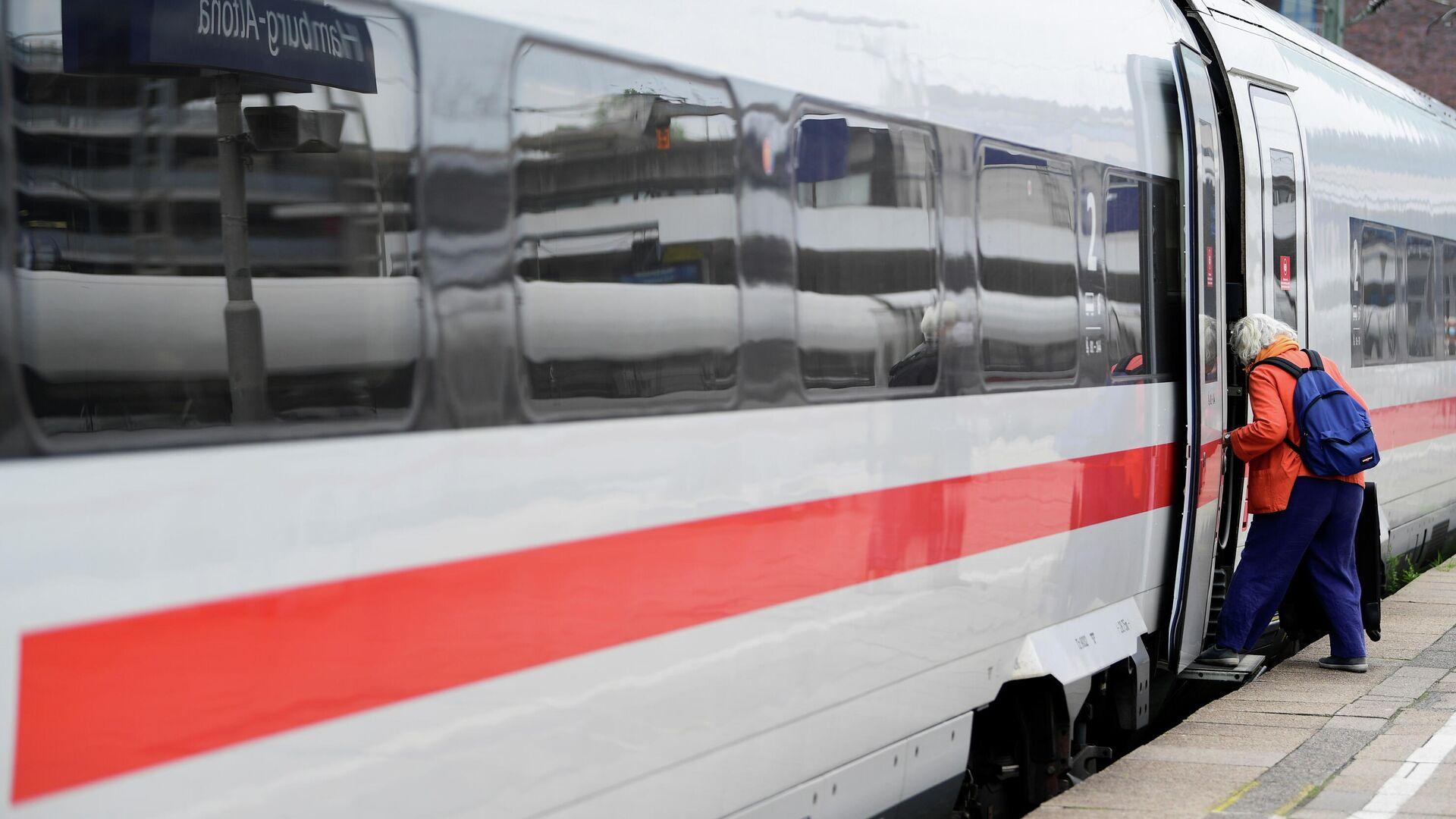 Ein PAssagier steigt  in einen ICE-Zug in Hamburg am  2. September 2021 - SNA, 1920, 05.10.2021
