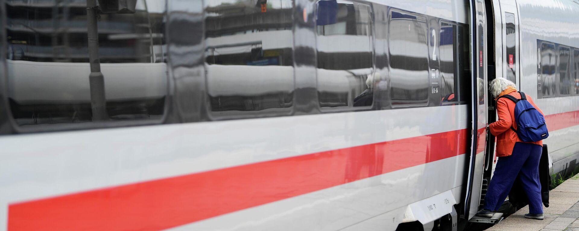 Ein PAssagier steigt  in einen ICE-Zug in Hamburg am  2. September 2021 - SNA, 1920, 25.09.2021