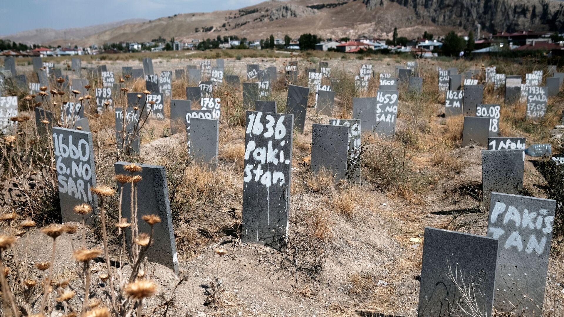 Friedhof, auf dem nicht identifizierte illegale Migranten in der Grenzstadt Van, Türkei, begraben sind - SNA, 1920, 07.09.2021