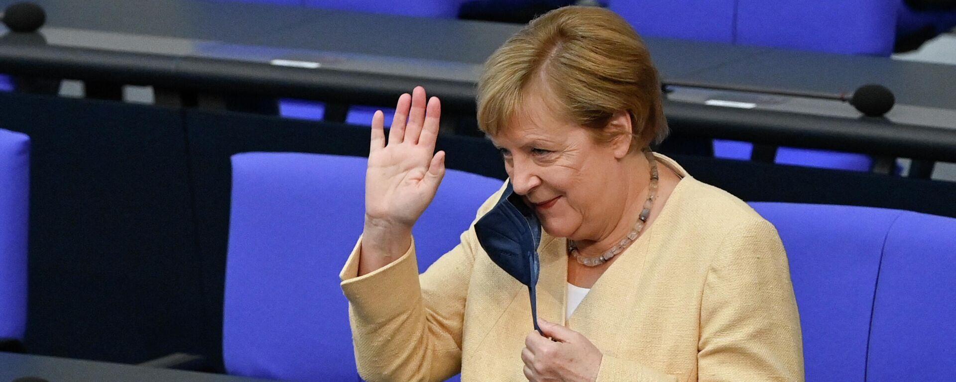 Bundeskanzlerin Angela Merkel winkt und nimmt ihre Gesichtsmaske ab, als sie am 7. September 2021 zu einer Sitzung im Bundestag in Berlin eintrifft.  - SNA, 1920, 07.09.2021
