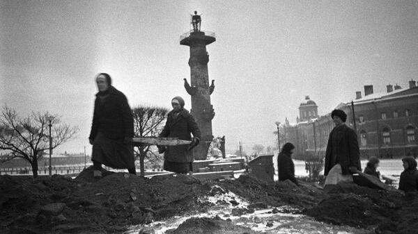 Гражданское население ведет строительство оборонительных сооружений на стрелке Васильевского острова в Ленинграде. 1942 год - SNA