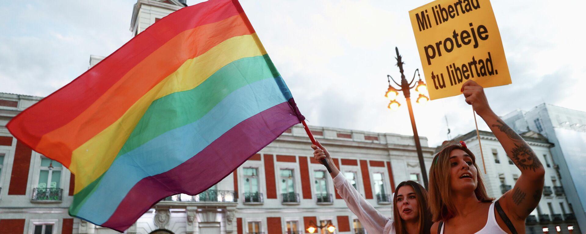 LGBT-Unterstützer protestieren in Madrid gegen Anfeindungen und Angriffe auf sexuelle Minderheiten.  - SNA, 1920, 09.09.2021