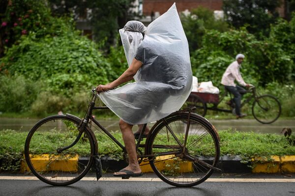 Ein Radfahrer bei starkem Regen in Faridabad, Indien. - SNA