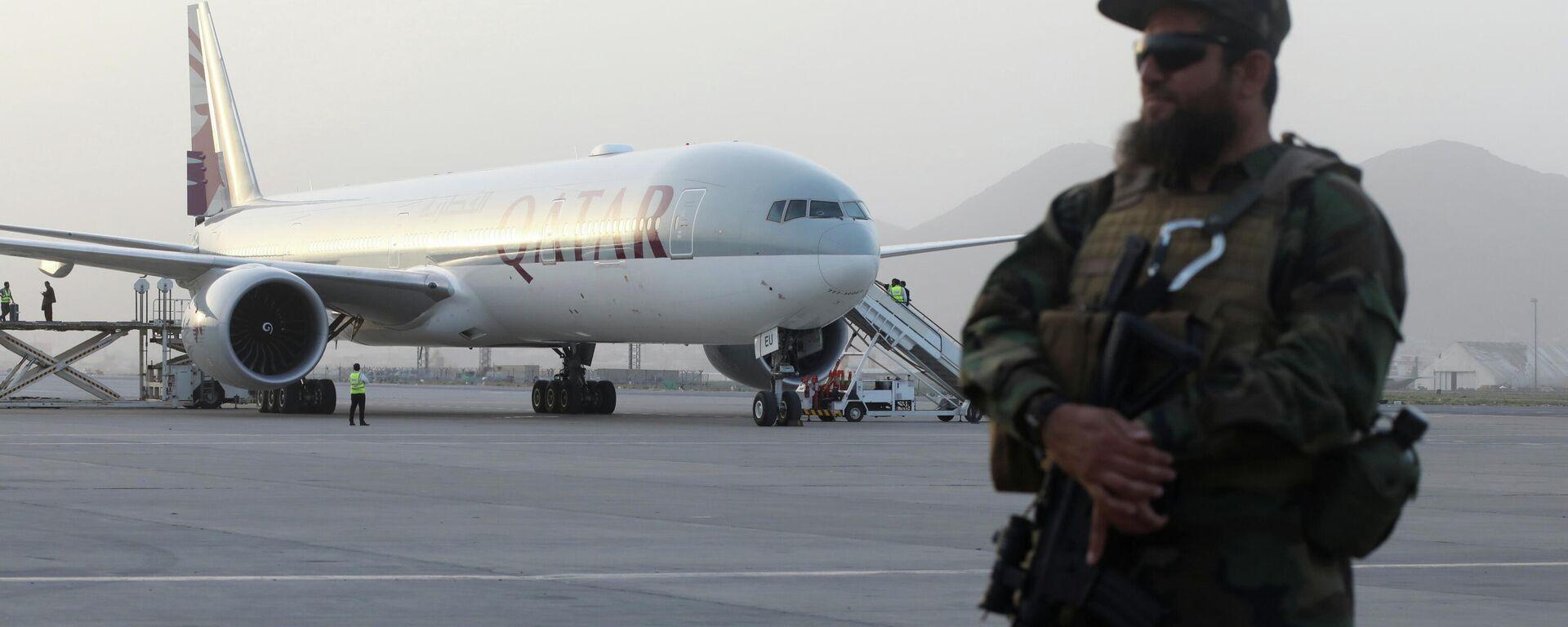 Mitglied einer Sicherheitseinheit der Taliban vor einem Passagierjet von Qatar Airways im Flughafen Kabul, Afghanistan, der 10. September 2021 - SNA, 1920, 11.09.2021