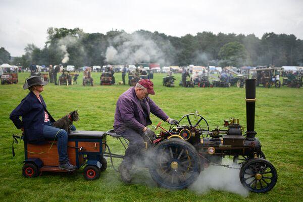 Mann in einem Fahrzeug mit kleinem Dampfantrieb auf einem Festival in Großbritannien. - SNA