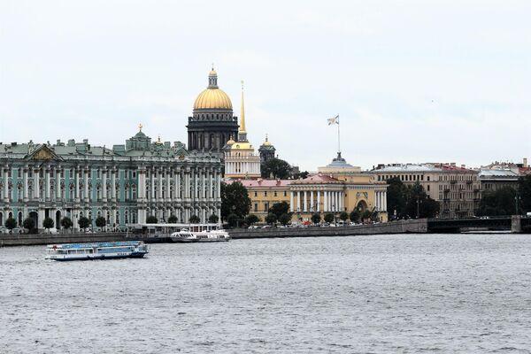Blick von der Peter-Pauls-Festung auf das Winterpalais, die Admiralität und die Isaakskathedrale. Rechts auf dem Bild der Beginn der Schlossbrücke. - SNA