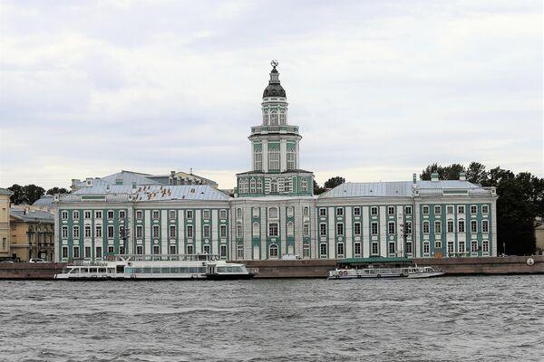 Die 1734 erbaute Kunstkammer (das Gebäude hatte seinen Ursprung noch unter Peter I.) ist das erste in Russland entstandene Museum. Das Museum befindet sich fast gegenüber dem Winterpalais am anderen Ufer der Newa. - SNA